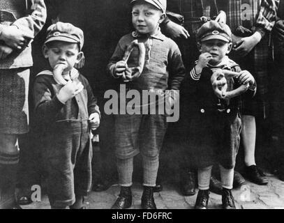 Kinder essen Brezeln, 1932 - Stockfoto