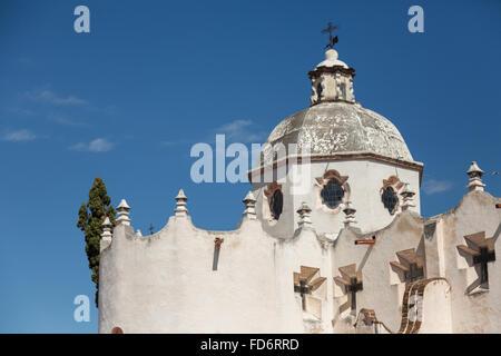 Fassade der Festung wie mexikanische barocke Wallfahrtskirche von Atotonilco und Santa Escuela de Cristo, einem - Stockfoto