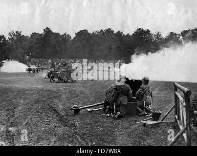 Manöver der Reichswehr mit Dummy-Panzer und Kanonen - Stockfoto