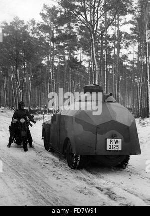 Dummy-Tank während eines Manövers - Stockfoto