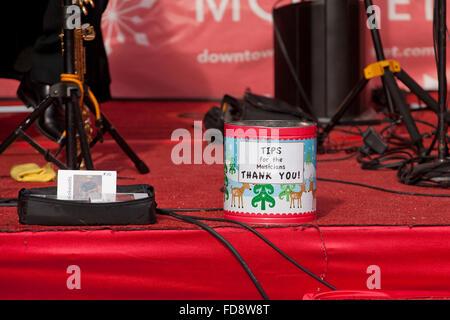 Tip Jar auf der Bühne einer Musik Band - USA - Stockfoto