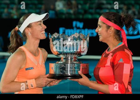 Melbourne, Australien. 29. Januar 2016. Die Gewinner der Damen Doppel Martina Hingis Schweiz und Sania Mirza Indiens - Stockfoto