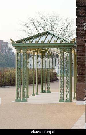 Schmiedeeisen Eingang Baldachin, Kensington Palace, Königin Elizabeth II Diamant-Jubiläum feiern hinzugefügt - Stockfoto