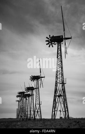 Beispiele für die veralteten Windenergieanlagen im Bereich Altamont Wind Ressource ersetzt wird.  Moderner Ersatz - Stockfoto