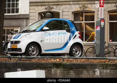 EV/Elektroauto / elektrisch angetriebene Autos geladen/Akku/Akkus an der Straße wieder aufgeladen Ladevorgang Terminal - Stockfoto