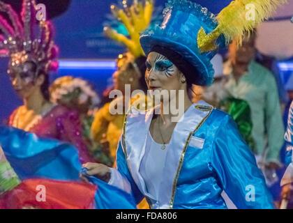 MONTEVIDEO, URUGUAY, Januar - 2016 - attraktive kostümierte Frau tanzt am Eröffnungsabend Parade der Karneval von - Stockfoto