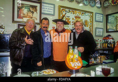 """Manolo el del Bombo´ posiert mit Touristen in Manolo el del Bombo Bar, 5 FC Valencia Platz vor Valencia Stadion - Stockfoto"
