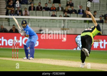 Melbourne, Australien. 29. Januar 2016. James Faulkner (AUS) Schalen, Virat Kohli (IND) auf dem Melbourne Cricket - Stockfoto