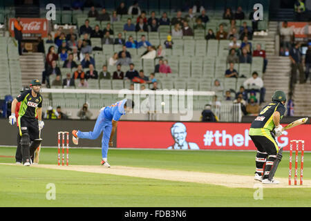 Melbourne, Australien. 29. Januar 2016. Jasprit Bumrah (IND) Schalen, Aaron Finch (AUS) auf dem Melbourne Cricket - Stockfoto