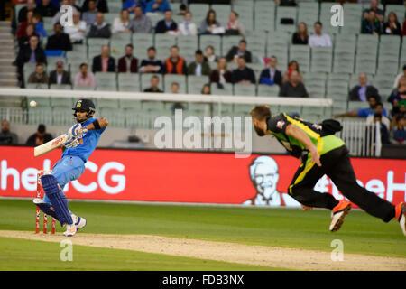 Melbourne, Australien. 29. Januar 2016. Andrew Tye (AUS) Schalen, Virat Kohli (IND) auf dem Melbourne Cricket Ground - Stockfoto