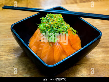 japanische gr ne seeigel rogen ezo bafun uni sushi und sashimi zutaten stockfoto bild. Black Bedroom Furniture Sets. Home Design Ideas