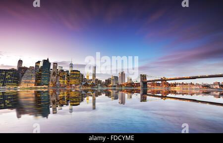 Skyline von New York in der Dämmerung. - Stockfoto