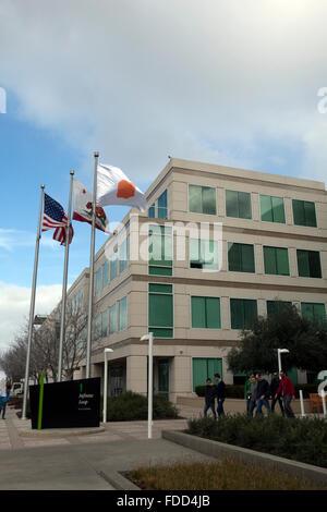 Menschen sind in der Konzernzentrale von Apple in Cupertino, Kalifornien gesehen. - Stockfoto