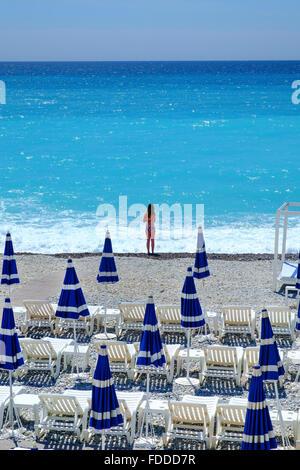 junges Mädchen Sommer Urlaub Strand Sonnenschirme am Meer sand - Stockfoto