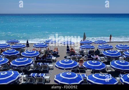 Sommerurlaub am Strand Sonnenschirme Sonnenanbeter Seesand - Stockfoto