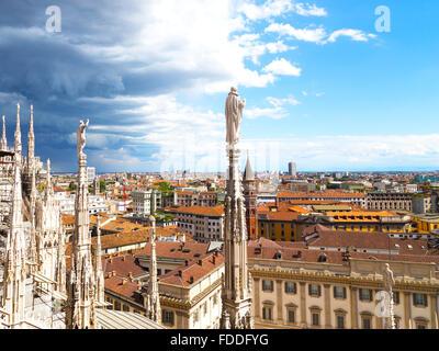 Blick auf Downtown von Höhe der Kuppel der Mailänder Dom. - Stockfoto