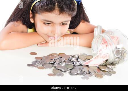 Nur 1 Person Münzen Mädchen jar kid Rupien gespart sitzt lächelnd Verschütten - Stockfoto