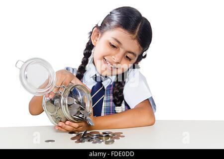 Nur 1 Person Münzen fallen Mädchen Geld Sparschwein Rupien gespart sitzt lächelnd - Stockfoto