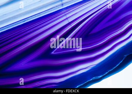 Detailansicht von einer flachen, polierten und transparente Scheibe Achat mit pfeilförmige Strukturen in blau auf - Stockfoto