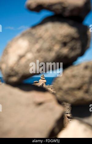 Vertikale nahe Ansicht von Kies Türme am Olho Azul, blaues Auge, in Kap Verde. - Stockfoto