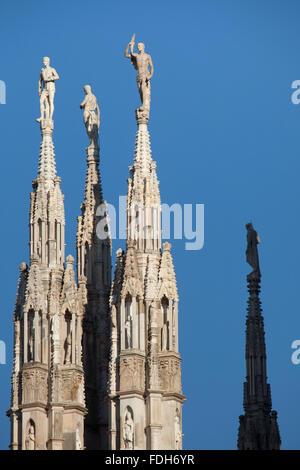 Marmor-Statuen der Heiligen auf die Türme der Mailänder Dom (Duomo di Milano) in Mailand, Lombardei, Italien. - Stockfoto