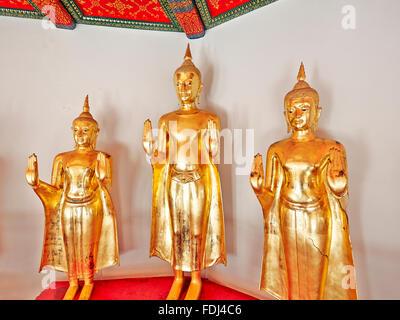 Buddha-Bilder-Galerie in den Kolonnaden. Tempel Wat Pho, Bangkok, Thailand. - Stockfoto