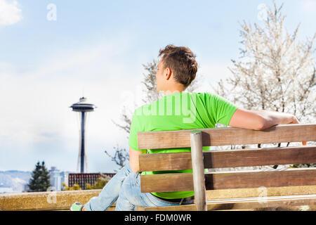 Junger Mann mit Seattle Space Needle auf Hintergrund - Stockfoto