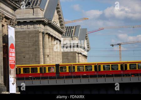 S-Bahn-Zug, Pergamonmuseum, Museumsinsel, Berlin-Mitte. - Stockfoto