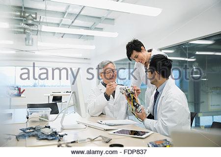 Ingenieure, diskutieren und Montage Robotik in der Fabrik - Stockfoto