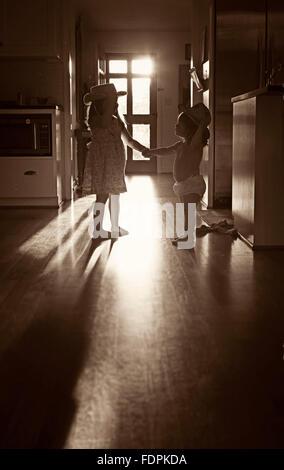 Bild von zwei Schwestern Hand in Hand und sahen einander als die am Nachmittag Sonnenlicht Balken dazwischen. - Stockfoto