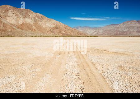 Reifenspuren auf Clark Dry Lake in Anza-Borrego Desert State Park, Kalifornien - Stockfoto