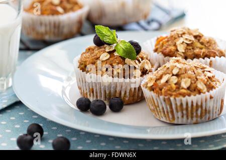 Vegan Bananen Karotten Muffins Mit Hafer Und Beeren Stockfoto Bild