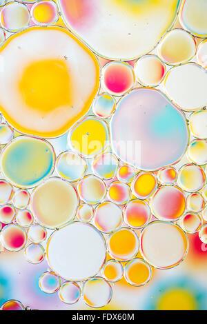 Öl auf Wasser mit bunten Hintergrund - Stockfoto