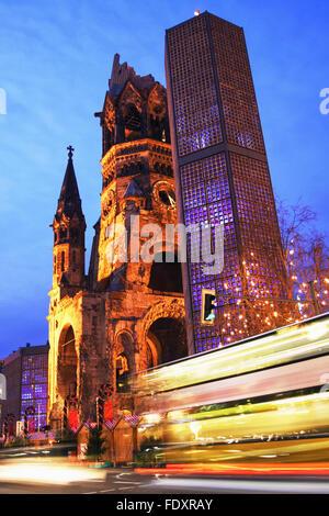 Kaiser Wilhelm Memorial Church und Verkehr trails bei Dämmerung. Der moderne Glockenturm 1963 hinzugefügt wurde. - Stockfoto