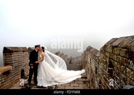 Braut auf der chinesischen Mauer - Stockfoto