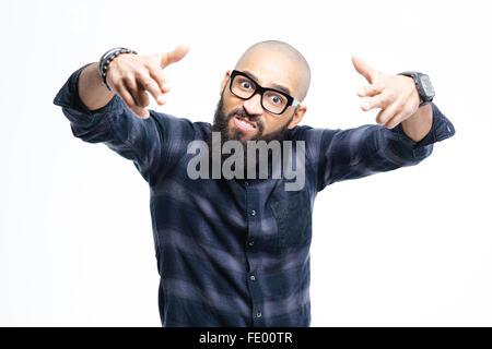 Wütend aggressiv afroamerikanische kahlköpfiger Mann mit Bart in Gläsern, die Kamera mit beiden Händen auf - Stockfoto