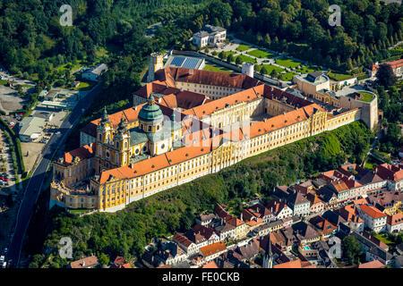 Luftaufnahme, Benediktiner-Kloster, UNESCO-Weltkulturerbe Klosterkomplex des österreichischen Barock, Wachau, Melk - Stockfoto