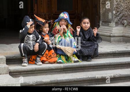 Kinder in Halloween-Kostümen auf kirchliche Stufen, Oaxaca City, Oaxaca, Mexiko - Stockfoto
