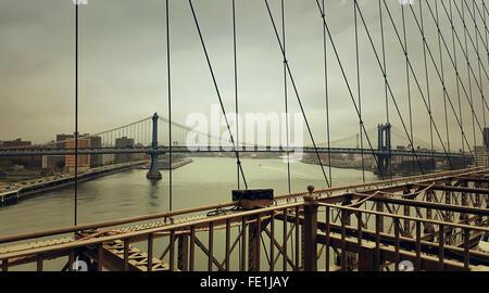 Ein Blick von der Brooklyn Bridge, Manhattan Bridge über den Hudson River in New York City - Stockfoto
