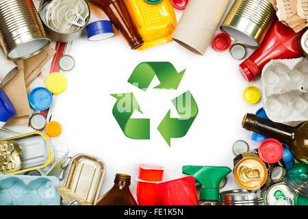 Eine Auswahl von Abfall zur Verwertung. Metall, Kunststoff, Papier und Glas getrennt - Stockfoto