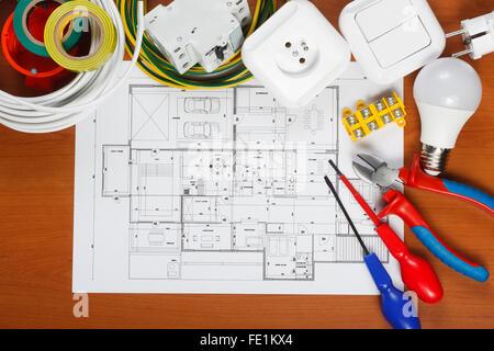 Elektrische Geräte und Werkzeuge auf Hauspläne Stockfoto, Bild ...