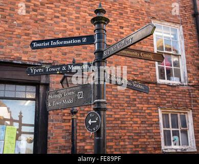 Wegweiser auf der High Street Roggen, East Sussex, Regie Touristen zu den Sehenswürdigkeiten in der historischen - Stockfoto