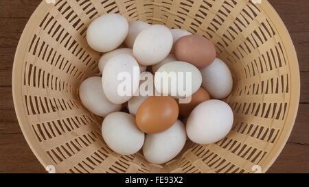 Direkt über dem Schuss braune und weiße Eier im Korb - Stockfoto
