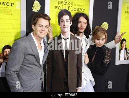 """Johnny Simmons und Ezra Miller bei der Los Angeles-Premiere von """"The Perks des Seins A Mauerblümchen"""" statt auf - Stockfoto"""