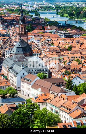 Blick von der Burg über den Neckar, die Kirche des Heiligen Geistes und die Altstadt von Heidelberg. - Stockfoto