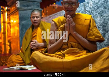 Chiang Mai, Thailand – 15. Januar 2012: Buddhistische Mönche singen am Wat Doi Suthep Tempel während ihrer täglichen - Stockfoto