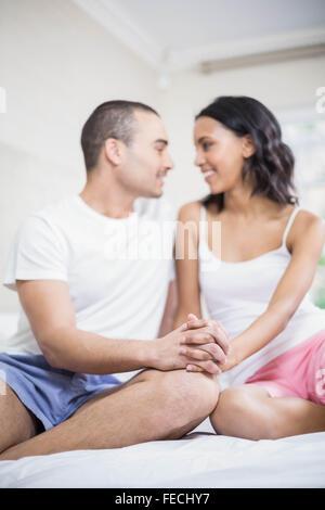 Lächelnde paar Hand in Hand und sahen einander - Stockfoto