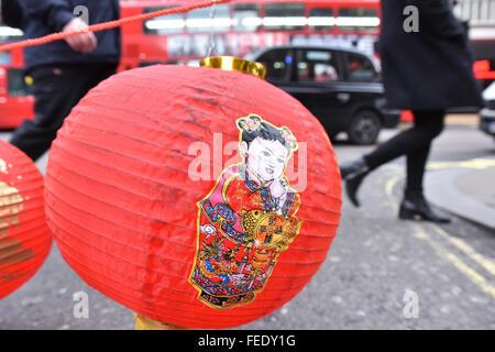 Charing Cross Road, London, UK. 5. Februar 2016. Chinatown bereitet sich auf Feiern des neuen Jahres als Dekoration - Stockfoto