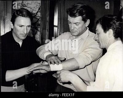 1965 - Jean Marais: Handgelenke noch bandagierte Jean Marais, der berühmte Bildschirm-Schauspieler, der seine Handgelenke - Stockfoto