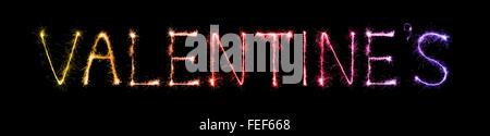 Valentinstag-Text geschrieben mit einem funkelnden Feuerwerk über Nacht Hintergrund - Stockfoto